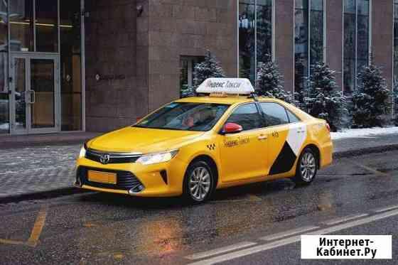 Водитель такси на автомобиле компании Екатеринбург