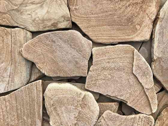Природный дикий камень песчаник, известняк, доломит, базальт, галька Шахты